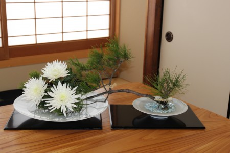 白潟先生の器が繋いだ縁の展覧会を表す生け花 - コピー